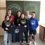 Schulfirma produziert T-Shirts mit Schulogo