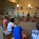 Die kath. Gruppe der 5b/c zu Besuch bei Kaplan Blank in der Pfarrei Herz Marien